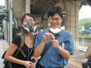 外电记者戴上苍蝇型口罩,我的N95口罩显得小儿科,惟涂上牙膏还是有些帮助。